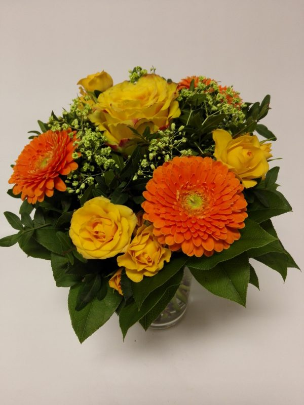 Oranžový mix – kytička složená z 1 ks růže, 3 minigerbery, 3 minirůže. Rozvoz květin Olomouc a okolí.
