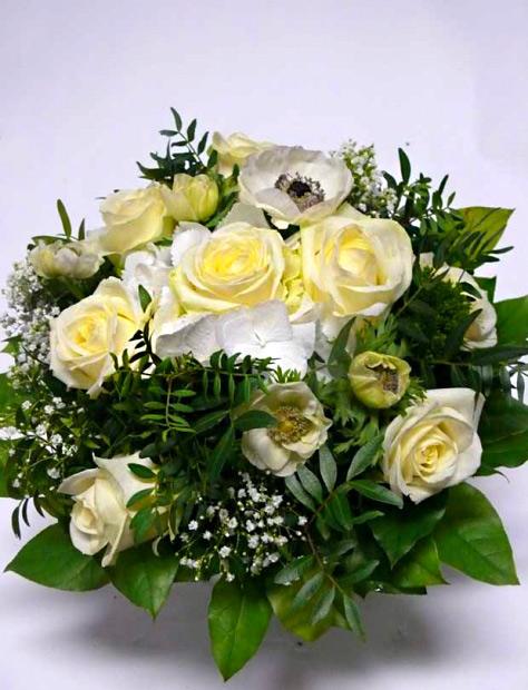 8 bílých růží s přízdobou