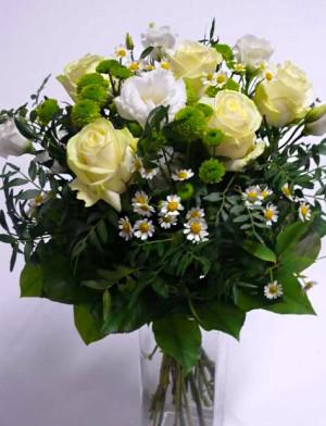 Bílé růže a zelené santiny