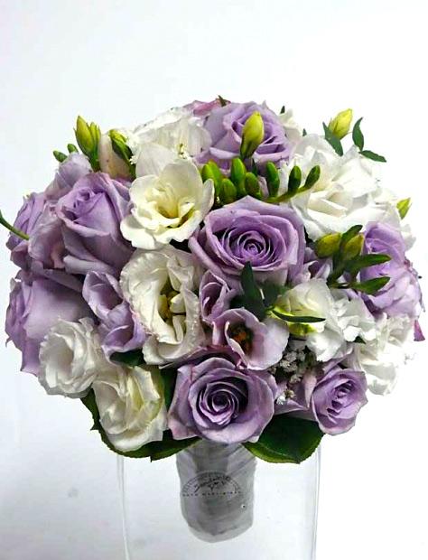 svatební kytice z fialových růží a bílé eustoma