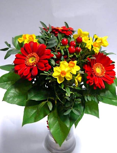 Menší kytice s narciskami – rozvoz květin Olomouc