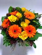Žlutooranžová kytice z minirůží a z minigerber